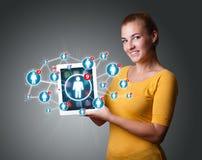 Νέα ταμπλέτα εκμετάλλευσης γυναικών με τα κοινωνικά εικονίδια δικτύων Στοκ εικόνες με δικαίωμα ελεύθερης χρήσης