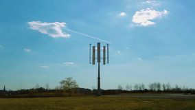 Νέα τεχνολογία Περιστρεφόμενος κάτοχος για τα ηλιακά πλαίσια στο υπόβαθρο μπλε ουρανού φιλμ μικρού μήκους