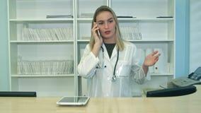 Νέα τονισμένη γυναίκα που φωνάζει και που μιλώντας στο τηλέφωνο στην υποδοχή νοσοκομείων φιλμ μικρού μήκους