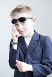 Νέα τοποθέτηση αγοριών όπως έναν κατάσκοπο Στοκ φωτογραφία με δικαίωμα ελεύθερης χρήσης