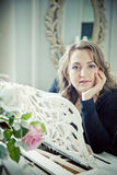 Νέα τοποθέτηση γυναικών κοντά στο άσπρο πιάνο με χαρασμένο ξύλινο lectern Στοκ Εικόνες