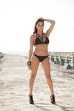 Νέα τοποθέτηση γυναικών bikini Στοκ φωτογραφία με δικαίωμα ελεύθερης χρήσης