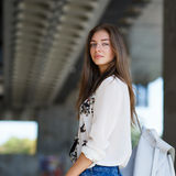 Νέα τοποθέτηση κοριτσιών μόδας κοντά στο συγκεκριμένο κτήριο Στοκ φωτογραφίες με δικαίωμα ελεύθερης χρήσης