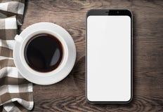 Νέα τοπ άποψη smartphone σχετικά με τον παλαιό ξύλινο πίνακα με το ύφασμα και τον καφέ Στοκ φωτογραφία με δικαίωμα ελεύθερης χρήσης