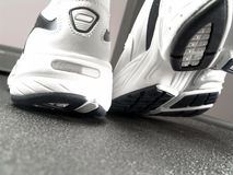 νέα τρέχοντας παπούτσια κινηματογραφήσεων σε πρώτο πλάνο εμπορικών σημάτων Στοκ Φωτογραφίες