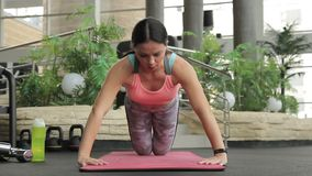 Νέα τραίνα γυναικών ενθουσιωδώς στην αθλητική λέσχη φιλμ μικρού μήκους