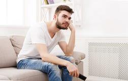 Νέα τρυπώντας τηλεόραση προσοχής ατόμων στο σπίτι Στοκ εικόνες με δικαίωμα ελεύθερης χρήσης