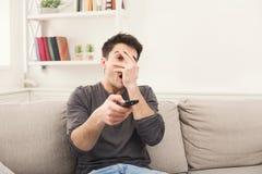 Νέα τρυπώντας τηλεόραση προσοχής ατόμων στο σπίτι στοκ εικόνες