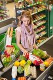 Νέα τρόφιμα αγοράς γυναικών στο παντοπωλείο στοκ φωτογραφίες με δικαίωμα ελεύθερης χρήσης