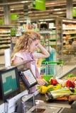 Νέα τρόφιμα αγοράς γυναικών στο παντοπωλείο στοκ φωτογραφία με δικαίωμα ελεύθερης χρήσης
