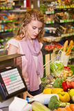 Νέα τρόφιμα αγοράς γυναικών στο παντοπωλείο στοκ εικόνες με δικαίωμα ελεύθερης χρήσης