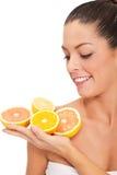 Νέα υγιής χαμογελώντας γυναίκα με το πορτοκάλι και τα λεμόνια Στοκ φωτογραφία με δικαίωμα ελεύθερης χρήσης