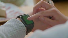Νέα Υόρκη, ΗΠΑ - 9 Μαΐου 2019: Γυναίκα που χρησιμοποιεί το smartwatch του app Γυναίκα που χρησιμοποιεί την καθιερώνουσα τη μόδα έ φιλμ μικρού μήκους