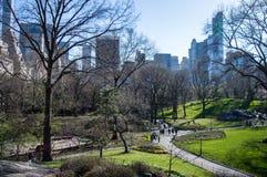Νέα Υόρκη, Νέα Υόρκη/ΗΠΑ - τον Απρίλιο του 2016: Άνθρωποι στη Νέα Υόρκη Central Park που περπατούν την ηλιόλουστη ημέρα άνοιξη Στοκ φωτογραφία με δικαίωμα ελεύθερης χρήσης