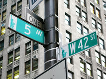 Νέα Υόρκη: η διατομή της 42$ης οδού και της 5ης λεωφόρου σε νέο Στοκ Εικόνες