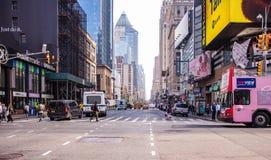 Νέα Υόρκη, οδοί Πλήρη κτήρια, ζωηρόχρωμοι φωτισμοί νέου, αυτοκίνητα και άνθρωποι στοκ εικόνα με δικαίωμα ελεύθερης χρήσης