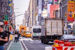 Νέα Υόρκη, οδοί Πλήρη κτήρια, ζωηρόχρωμοι φωτισμοί νέου, αυτοκίνητα και αμάξια στοκ φωτογραφίες με δικαίωμα ελεύθερης χρήσης