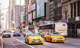 Νέα Υόρκη, οδοί Πλήρη κτήρια, ζωηρόχρωμοι φωτισμοί νέου, αυτοκίνητα και αμάξια στοκ φωτογραφία με δικαίωμα ελεύθερης χρήσης