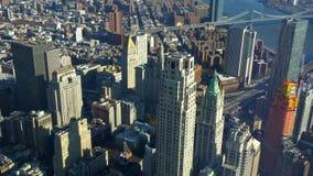 Νέα Υόρκη που καταπλήσσει άνωθεν την εναέρια άποψη πέρα από το Μανχάταν απόθεμα βίντεο