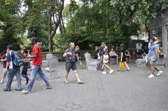 Νέα Υόρκη, την 1η Ιουλίου: Άνθρωποι που χαλαρώνουν στο Central Park στο της περιφέρειας του κέντρου Μανχάταν από πόλη της Νέας Υό στοκ εικόνα