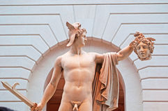 Νέα Υόρκη: Perseus με τον επικεφαλής Medusa στο μουσείο Γκούγκενχαϊμ που χτίζει στις 17 Σεπτεμβρίου 2014 Στοκ Φωτογραφία