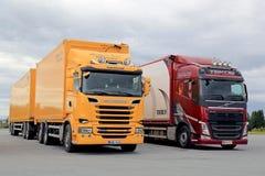 Νέα φορτηγά μεταφορών Scania και της VOLVO που σταθμεύουν Στοκ Εικόνα