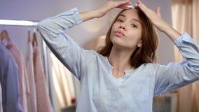 Νέα φροντίδα δέρματος προσώπου γυναικών Κλείστε επάνω του όμορφου κοριτσιού σχετικά με το πρόσωπο με το λοσιόν απόθεμα βίντεο