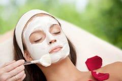 Νέα φυσική χαλαρώνοντας ομορφιά που έχει την υγραίνοντας μάσκα εφαρμοσμένη Στοκ εικόνα με δικαίωμα ελεύθερης χρήσης