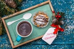 Νέα φωτογραφία έτους ` s του τσαγιού με το χιονάνθρωπο, κέικ Στοκ Εικόνες
