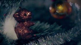 Νέα φω'τα γιρλαντών χριστουγεννιάτικων δέντρων διακοσμήσεων έτους απόθεμα βίντεο