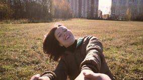 Νέα χέρια εκμετάλλευσης ζευγών και να περιβάλει με ένα χαμόγελο Περπατούν μέσω του πάρκου απόθεμα βίντεο