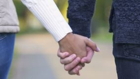 Νέα χέρια εκμετάλλευσης ζευγών και περπατώντας μαζί, έννοια της υποστήριξης και εμπιστοσύνη απόθεμα βίντεο