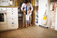 Νέα χέρια εκμετάλλευσης επιχειρηματιών του γιου του που λαμβάνει τα πρώτα μέτρα Στοκ Εικόνες