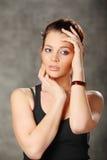 νέα χέρια λαβής κοριτσιών brunette στο πρόσωπο Στοκ Εικόνες