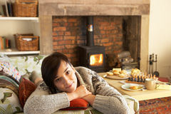 Νέα χαλάρωση γυναικών από την πυρκαγιά στοκ εικόνες με δικαίωμα ελεύθερης χρήσης