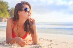 Νέα χαλάρωση γυναικών στην παραλία το βράδυ Παραλία Volbert Anse, νησί Praslin, Σεϋχέλλες Στοκ εικόνες με δικαίωμα ελεύθερης χρήσης