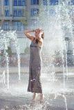 Νέα χαλάρωση γυναικών στην πηγή οδών στην καυτή θερινή ημέρα Στοκ εικόνες με δικαίωμα ελεύθερης χρήσης