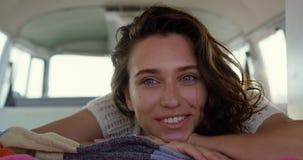 Νέα χαλάρωση γυναικών camper van 4k απόθεμα βίντεο