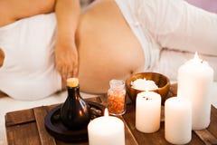 Νέα χαλάρωση εγκύων γυναικών στο σαλόνι SPA, επεξεργασία SPA Στοκ Φωτογραφία
