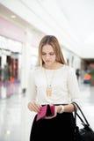 Νέα χαμένα θηλυκό χρήματα Στοκ φωτογραφία με δικαίωμα ελεύθερης χρήσης