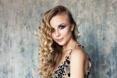 Νέα χαμογελώντας γυναίκα με τη μακριά κυματιστά τρίχα και Makeup Στοκ Εικόνες