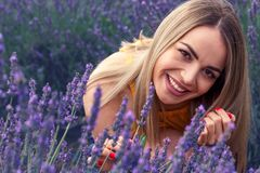 Νέα χαμογελώντας γυναίκα lavender στον τομέα τη θερινή ημέρα Στοκ εικόνες με δικαίωμα ελεύθερης χρήσης