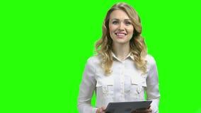 Νέα χαμογελώντας επιχειρησιακή γυναίκα που κρατά την ψηφιακή ταμπλέτ απόθεμα βίντεο