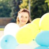 Νέα χαμογελώντας γυναίκα με τη δέσμη των μπαλονιών Στοκ φωτογραφίες με δικαίωμα ελεύθερης χρήσης