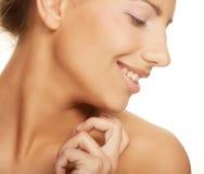 νέα χαμογελώντας γυναίκα με το υγιές δέρμα Στοκ εικόνες με δικαίωμα ελεύθερης χρήσης