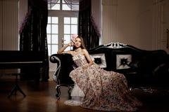 Νέα χαμογελώντας γυναίκα ομορφιάς πολυτέλειας στο εκλεκτής ποιότητας φόρεμα σε κομψό μέσα Στοκ εικόνες με δικαίωμα ελεύθερης χρήσης