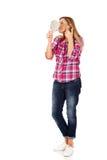 Νέα χαμογελώντας γυναίκα που κρατά έναν καθρέφτη Στοκ εικόνα με δικαίωμα ελεύθερης χρήσης