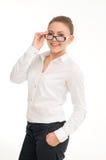 Νέα χαμογελώντας γυναίκα σε ένα άσπρο πουκάμισο και τα γυαλιά στοκ εικόνα