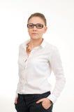 Νέα χαμογελώντας γυναίκα σε ένα άσπρο πουκάμισο και τα γυαλιά στοκ εικόνες
