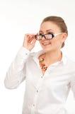 Νέα χαμογελώντας γυναίκα σε ένα άσπρο πουκάμισο και τα γυαλιά στοκ φωτογραφίες